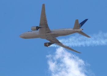 Χρήστης του Instagram ανέβασε φωτογραφία με τον φλεγόμενο κινητήρα του Boeing 777 που πραγματοποίησε αναγκαστική προσγείωση στο Ντένβερ (φωτ.: Instagram / Hayden Smith)