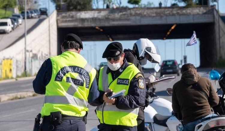 Αστυνομικοί κάνουν ελέγχους σε οδηγούς που κινούνται στις εξόδους της Θεσσαλονίκης (φωτ.: ΑΠΕ-ΜΠΕ / Νίκος Αρβανιτίδης)