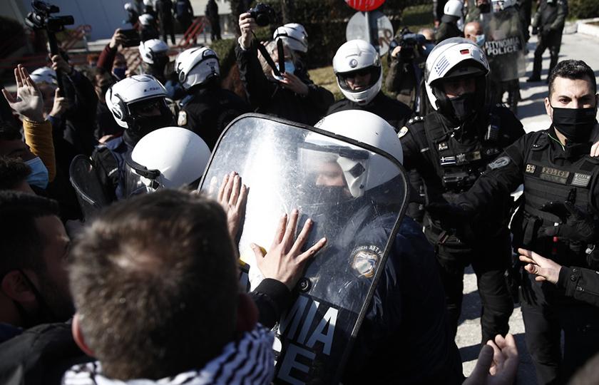 Θεσσαλονίκη: Έφοδος των ΜΑΤ στο ΑΠΘ – Χημικά και προσαγωγές φοιτητών (photo, video)