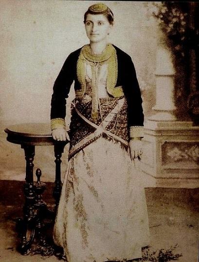 Ποντιακή φορεσιά Κερασούντας (φωτ.: Επιτροπή Ποντιακών Μελετών)