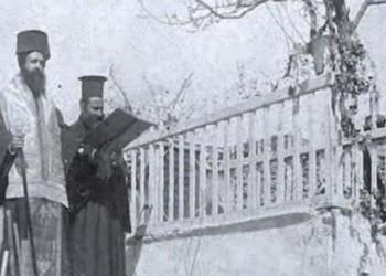 Ο μητροπολίτης Γερμανός Καραβαγγέλης τελεί τρισάγιο στον τάφο του Παύλου Μελά (πηγή: αρχείο Μουσείου Μακεδονικού Αγώνα)