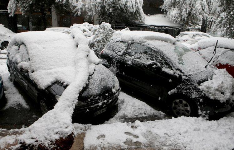 Δένδρο έχει πέσει από το βάρος του χιονιού σε σταθμευμένο αυτοκίνητο στο Παγκράτι (φωτ.: ΑΠΕ-ΜΠΕ / Παντελής Σαΐτας)