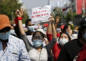 «Θέλουμε δημοκρατία» γράφει το χαρτί στα χέρια της διαδηλώτριας στη Γιανγκόν, την εμπορική πρωτεύουσα της Μιανμάρ (φωτ.: EPA / Lynn Bo Bo)