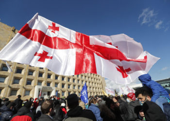 Υποστηρικτές του Νίκα Μέλια έξω από τα γραφεία του κόμματος, στην Τιφλίδα (φωτ.: EPA / Zurab Kurtsikidze)