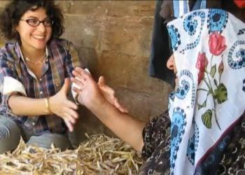 Η Ιωάννα Σιταρίδου συνομιλεί με ελληνόφωνη γυναίκα στα ορεινά της Τραπεζούντας, στο πλαίσιο της επιτόπιας έρευνάς της για τα ρομέικα (πηγή: YouTube)