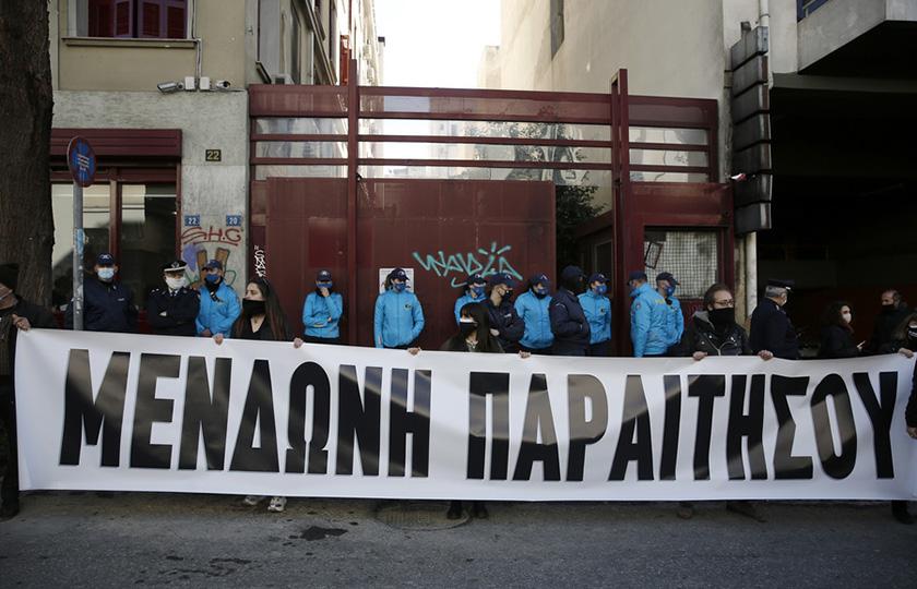 «Μενδώνη παραιτήσου»: Συγκέντρωση καλλιτεχνών έξω από το υπουργείο Πολιτισμού (photo)