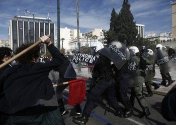 Επεισόδια στο κέντρο της Αθήνας. Πανεκπαιδευτικό συλλαλητήριο (ΦΩΤ.:ΑΠΕ-ΜΠΕ/ΓΙΑΝΝΗΣ ΚΟΛΕΣΙΔΗΣ