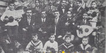 Ο Βασίλειος Βεηλικτσίδης με μαθητές του στην Αμισό, το 1919. Τη φωτογραφία παραχώρησε η Ροζαλία Ελευθεριάδου. Είναι από το «Πανσερραϊκό Ημερολόγιο» του Σταύρου Κοταμανίδη (Σέρρες, 1975, τόμος Α')