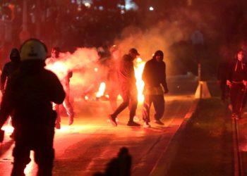 Διαδηλωτές έχουν ανάψει φωτιές κατά τη διάρκεια πορείας διαμαρτυρίας κατοίκων και συλλογικοτήτων κατά της αστυνομικής βίας, στην Νέα Σμύρνη (φωτ.: ΑΠΕ-ΜΠΕ / Ορέστης Παναγιώτου)