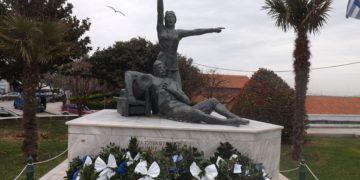 Μνημείο των Δόμνα και Χατζή Αντώνη Βισβίζη, στην πλατεία Φάρου Αλεξανδρούπολης, που φιλοτεχνήθηκε από τον Γ. Μέγκουλα το 1987 και με δαπάνη του ΕΛΛΗΝΟΜΟΥΣΕΙΟΥ ΑΙΝΟΥ-Σύλλογος Αλεξανδρούπολης (φωτ.: el.wikipedia.org)