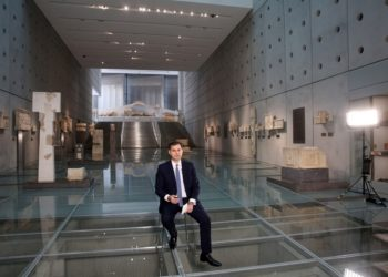 Ο υπουργός Τουρισμού Χάρης Θεοχάρης μιλάει στο πλαίσιο της Τουριστικής Έκθεσης ΙΤΒ, έκθεσης που παραδοσιακά αποτελεί βαρόμετρο, ενόψει του ανοίγματος της τουριστικής αγοράς, στο Μουσείο της Ακρόπολης (φωτ.: ΑΠΕ-ΜΠΕ /Αλέξανδρος Μπελτές)