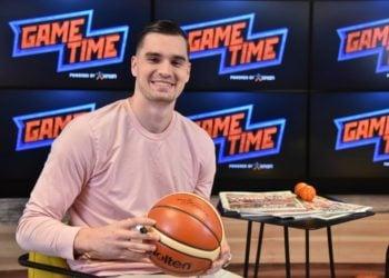 Ο Μάριο Χεζόνια υπογράφει τη μπάλα του ΟΠΑΠ GAME TIME (φωτ.: opap.gr)