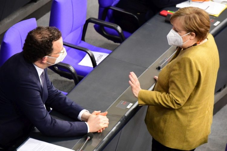 Ο Γενς Σπαν μιλάει με τη Γερμανίδα καγκελάριο Άνγκελα Μέρκελ, στη Μπούντεσταγκ, στο Βερολίνο (φωτ.: EPA/CLEMENS BILAN)