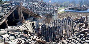 Σπίτι που υπέστη σοβαρή ζημιά από τον ισχυρό μεγέθους 6 βαθμών της κλίμακας ρίχτερ, στο Μεσοχώρι της Ελασσόνας (φωτ.: ΑΠΕ-ΜΠΕ /Αποστόλης Ντόμαλης)