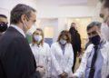 Ο πρωθυπουργός συνομιλεί με ιατρικό προσωπικό κατά τη διάρκεια της επίσκεψής του στο Κέντρο Υγείας Πατησίων που λειτουργεί και ως εμβολιαστικό κέντρο (φωτ.: ΑΠΕ-ΜΠΕ / Γρ. Τύπου Πρωθυπουργού / Δημήτρης Παπαμήτσος)