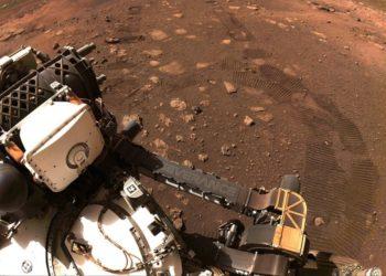 Βόλτες στο κοκκινωπό έδαφος του πλανήτη Άρη κάνει ήδη το «Perseverance» (φωτ.: twitter.com / NASA)