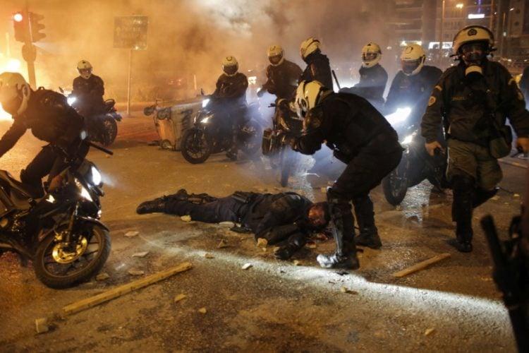 Εικόνα από τη στιγμή του τραυματισμού του αστυνομικού, στη Νέα Σμύρνη (φωτ.:ΑΠΕ-ΜΠΕ / Κώστας Τσιρώνης)