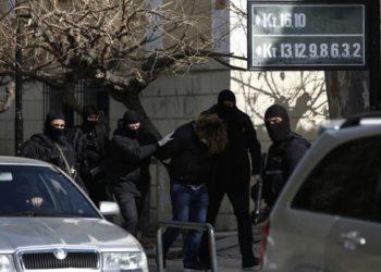 Συλληφθέντες στα επεισόδια της Νέας Σμύρνης και της επίθεσης κατά αστυνομικού της Ομάδας Δράση, την περασμένη Κυριακή, τη στιγμή που οδηγούνται στον ανακριτή (φωτ.: ΑΠΕ-ΜΠΕ /Γιάννης Κολεσίδης)