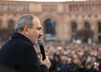 Ο Νικόλ Πασινιάν μιλά σε συγκεντρωμένους οπαδούς του (φωτ.: Γραφείο Τύπου Πρωθυπουργού Αρμενίας)
