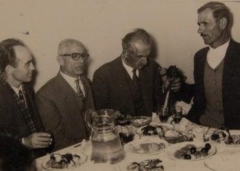 Πόντιοι πρόσφυγες σε εορταστικό τραπέζι στην Καλλιθέα, με συνοδεία λύρας (πηγή: Επιτροπή Ποντιακών Μελετών)