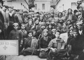 Πρόσφυγες από τη Σμύρνη, μάλλον φωτογραφημένοι στην Ελλάδα όπου έφθασαν με βάρκα.Φορούν ρούχα που τους έδωσε ο Ερυθρός Σταυρός και κρατούν εικόνες (φωτ.: Library of Congress)