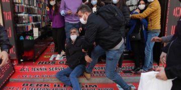 Τούρκοι αστυνομικοί κρατούν έναν διαδηλωτή κατά τη διάρκεια διαμαρτυρίας φοιτητών του Πανεπιστημίου Bogazici, στην Κωνσταντινούπολη (φωτ.: EPA / ERDEM SAHIN)