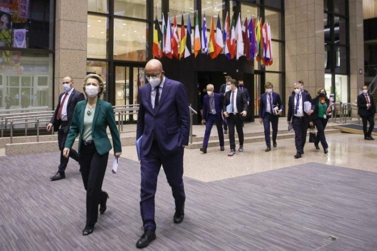 Ο πρόεδρος του Ευρωπαϊκού Συμβουλίου Σαρλ Μισέλ και η πρόεδρος της Ευρωπαϊκής Επιτροπής Ούρσουλα φον ντερ Λάιεν προσέρχονται στο κτήριο όπου έγινε η τηλεδιάσκεψη στις Βρυξέλλες(φωτ.: EPA /ARIS OIKONOMOU / POOL)
