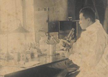 Ο δρ Wu Lien-Teh στο εργαστήριό του στο Χαρπίν, τον Ιανουάριο του 1901 (φωτ.: Δρ Shan Woo Liu και Ling Woo Liu)