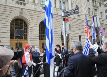 Η έπαρση της σημαίας στο πάρκο Μπόουλιν Γκριν του Μανχάταν (φωτ.: Ε.Κ./Ζαφείρης Χαϊτίδης)