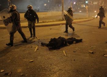 Ο 27χρονος ειδικός φρουρός της ομάδας ΔΡΑΣΗ τραυματισμένος μετά την επίθεση που δέχθηκε στη Νέα Σμύρνη (φωτ.: ΑΠΕ-ΜΠΕ / Κώστας Τσιρώνης)