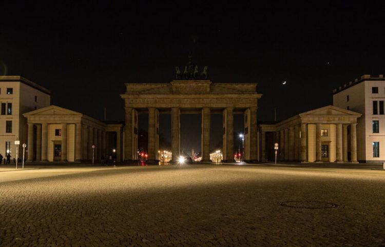 Η πύλη του Βρανδεμβούργου στο Βερολίνο την περσινή «Ώρα της Γης» (φωτ.: ΑΠΕ-ΜΠΕ/ Jens Schlueter)