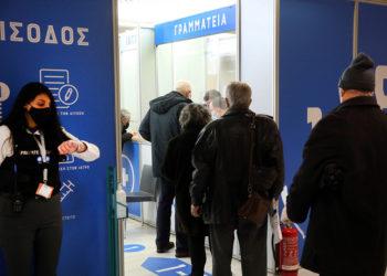 Πολίτες προσέρχονται να εμβολιαστούν στο κέντρο στη Helexpo, στο Μαρούσι (φωτ.: ΑΠΕ-ΜΠΕ / Ορέστης Παναγιώτου)