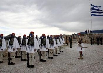 Εύζωνες της Προεδρικής Φρουράς μπροστά από τον Παρθενώνα κατά την τελετή έπαρσης της σημαίας (φωτ.: ΑΠΕ-ΜΠΕ/ Αλέξανδρος Βλάχος)