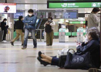 Άνθρωποι περιμένουν στο σταθμό μετά το σεισμό των 7,2 Ρίχτερ (φωτ.: KYODO)