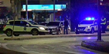 Αστυνομικοί κάνουν ελέγχους για τα απαραίτητα έγραφα μετακίνησης σε αυτοκίνητα στο Ναύπλιο (φωτ.: ΑΠΕ-ΜΠΕ / Ευάγγελος Μπουγιώτης)