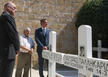 Κυριάκος Μητσοτάκης και Νίκος Δένδιας στα Φυλακισμένα Μνήματα, στη Λευκωσία (φωτ.: ΑΠΕ-ΜΠΕ / Σταύρος Ιωαννίδης)