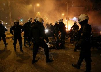 Ο τραυματίας αστυνομικός κείτεται στο έδαφος (φωτ.: ΑΠΕ-ΜΠΕ / Ορέστης Παναγιώτου)