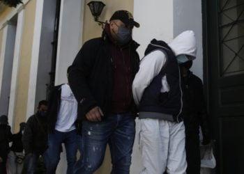 Στιγμιότυπο από τη μεταγωγή των συλληφθέντων στα επεισόδια της Νέας Σμύρνης και της επίθεσης σε αστυνομικό της Ομάδας Δράση, την περασμένη Κυριακή, στην Ευελπίδων (φωτ.: ΑΠΕ-ΜΠΕ / Γιάννης Κολεσίδης)
