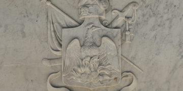 Οικόσημο της οικογένειας Υψηλάντη σμιλεμένο στη μία πλευρά του τάφου του Αλέξανδρου. Ο φοίνικας αναγεννάται από την τέφρα αλλά αντί για στέμμα φέρει σκούφο με τα διάσημα του Ιερού Λόχου (φωτ.: Κωστής Καλλιβρετάκης)