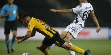 Ο Τζόλης με την μπάλα, στο μαρκάρισμα ο Μπακούτσης (φωτ.: ΑΠΕ-ΜΠΕ / Δημήτρης Τοσίδης)