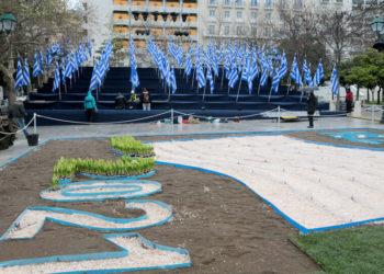 Εξέδρες με 200 σημαίες έχουν τοποθετηθεί από τον Δήμο της Αθήνας στην Πλατεία Συντάγματος στο πλαίσιο των εορτασμών των 200 χρόνων από την έναρξη της Επανάστασης του 1821. (φωτ.: ΑΠΕ-ΜΠΕ/ Παντελής Σαίτας)