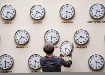Ο Kamil R. Filipowski αλλάζει τις μπαταρίες και τους δείκτες των ρολογιών στην εγκατάσταση «Time for culture» στο Κέντρο Πολιτισμού του Λούμπλιν, στην Πολωνία (φωτ.: EPA/WOJCIECH PACEWICZ  POLAND OUT)