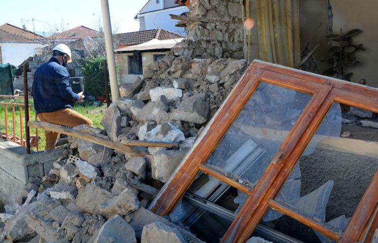 Σπίτι που έχει υποστεί ζημιές στο Δαμάσι Ελασσόνας (φωτ.: ΑΠΕ-ΜΠΕ / Αποστόλης Ντόμαλης)
