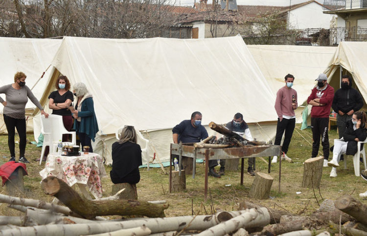 Σεισμοπαθείς στον καταυλισμό στο χωριό Μεσοχώρι (φωτ.: ΑΠΕ-ΜΠΕ / Αποστόλης Ντόμαλης)
