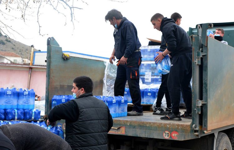 Τροφοδοσία νερών στους σεισμόπληκτους στο χωριό Δαμάσι της Ελασσόνας (φωτ.: ΑΠΕ-ΜΠΕ / Αποστόλης Ντόμαλης)
