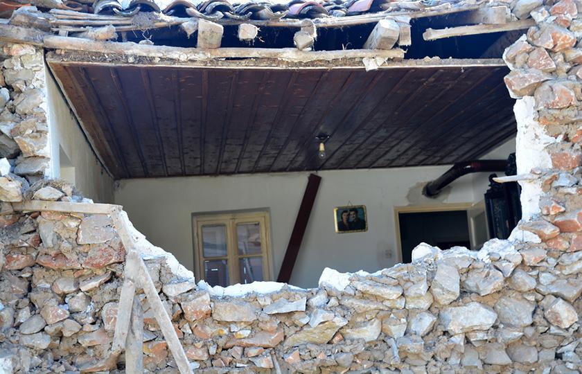 Σπίτι που έχει υποστεί ζημιές στο Μεσοχώρι Ελασσόνας (φωτ.: ΑΠΕ-ΜΠΕ / Αποστόλης Ντόμαλης)