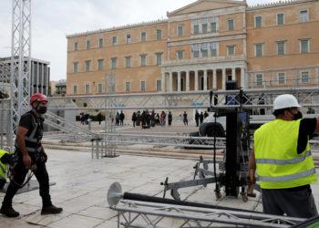 Συνεργεία κατασκευάζουν τις εξέδρες των επισήμων για την παρέλαση της 25ης Μαρτίου (φωτ.: ΑΠΕ-ΜΠΕ / Παντελής Σαΐτας)