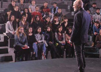 O Στάθης Λιβαθινός διδάσκει τους μαθητές του (φωτ.: n-t.gr)