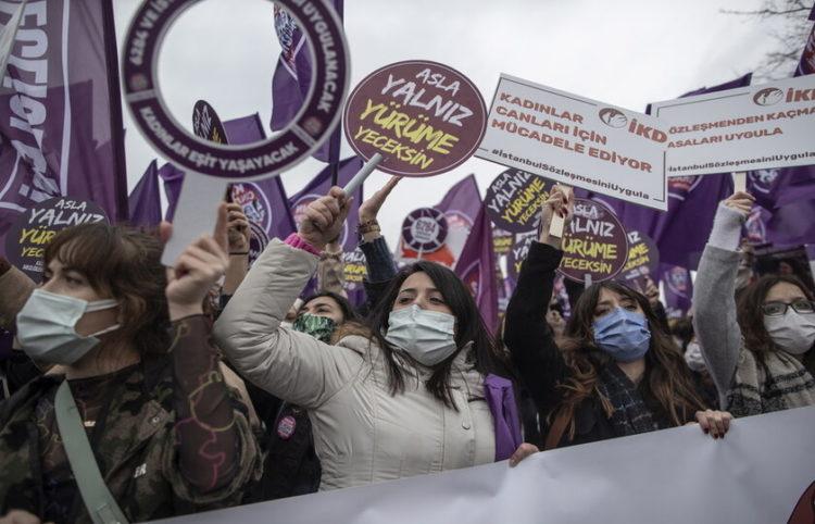 Διαδηλώσεις κατά της απόφασης στην Κωνσταντινούπολη (φωτ.: ΑΠΕ-ΜΠΕ/EPA)