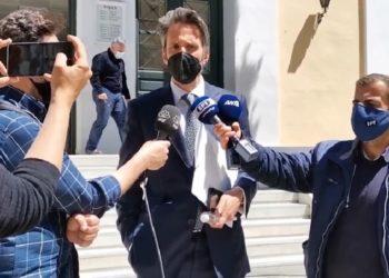 Ο συνήγορος του 25χρονου κάνει δηλώσεις στους δημοσιογράφους μετά την απόφαση για τον πελάτη του (πηγή: YouTube)